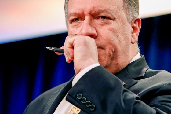 마이크 폼페이오 미 국무장관이 18일 기자회견 도중 트럼프 탄핵 청문회 증인으로 나선 마리 요바노비치 전 우크라이나 주재 대사와 빌 테일러 대사 대행을 신임하느냐는 질문 공세에 곤혹스런 표정을 짓고 있다.[로이터=연합뉴스]