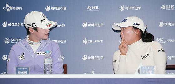 세계 1위 고진영(오른쪽)과 2위 박성현이 LPGA 시즌 최종전에서 경쟁한다. 사진은 지난달 하이트진로 챔피언십 미디어데이 당시. [중앙포토]