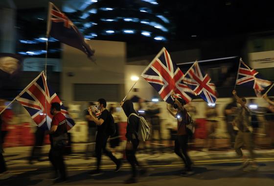 지난 10월 홍콩 시위대들이 영국 국기를 들고 중국 정부에 항의하는 시위를 벌이고 있다.[EPA=연합뉴스]