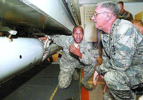 2008년 당시 미 공군 유럽ㆍ아프리카 사령관인 로저 브래들리 공군 대장이 네덜란트의 볼켈 공군기지에서 열린 B61 전술 핵탄두 훈련을 지켜보고 있다. 미국은 독일과 네덜란드 등 나토 5개국과 핵공유 협정을 맺었다. 이에 따라 유사시 미국과 합의하면 나토 5개국도 이 핵탄두들을 사용할 수 있다. 국내에서도 미국과 핵공유협정을 체결해 북핵 위협에 맞서야 한다는 의견이 늘어나고 있다. [사진 미 공군]