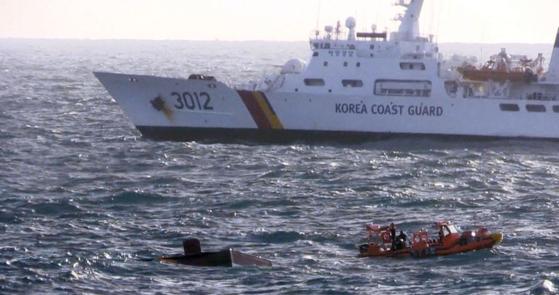 20일 제주 차귀도 서쪽 해상에서 대성호(29톤·통영선적) 실종자 11명을 찾기 위한 수색작업이 이뤄지고 있다. [사진 제주지방해양경찰청]