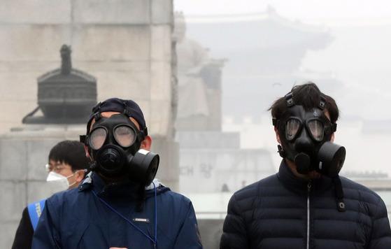 수도권 미세먼지 저감조치가 시행된 지난 3월 26일 서울 광화문광장에서 시민단체 회원들이 캠페인을 하고 있다. 강정현 기자