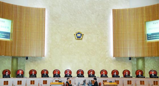 김명수 대법원장과 대법관들이 자리에 앉아 시작을 기다리고 있다. [연합뉴스]