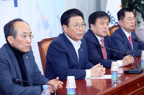 자유한국당 총선기획단장인 박맹우 사무총장(왼쪽 두번째)이 21일 국회에서 열린 전략회의에서 발언하고 있다. [연합뉴스]