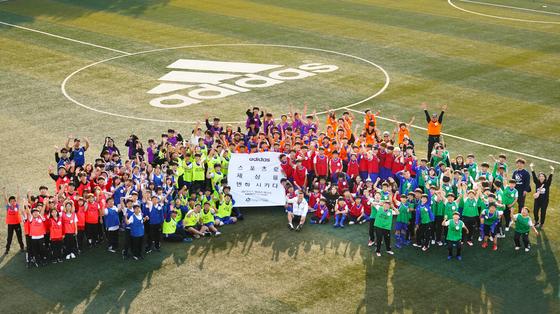아디다스는 2013년 마이드림 FC를 설립해 스포츠 교육을 받기 힘든 지역의 아이들에게 전문 스포츠 교육 기회를 무상 제공하고 있다. 2019 마이드림 FC 연합 운동회에 참가한 아이들과 관계자들이 기념사진을 촬영하고 있다. [사진 아디다스]