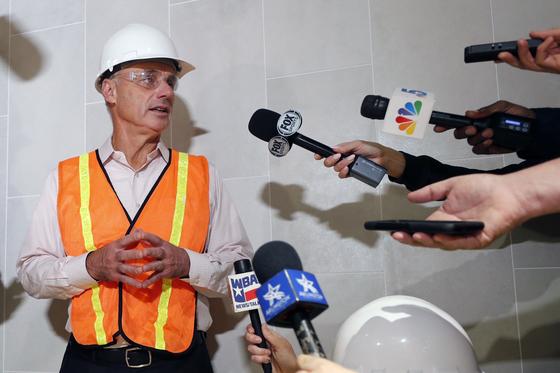 메이저리그 사무국 롭 만프레드 커미셔너가 공사 중인 텍사스 홈 구장을 방문하던 중 휴스턴에 '사인 훔치기'에 대한 질문을 받는 모습. [AP=연합뉴스]