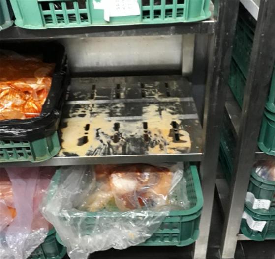 식품의약품안전처가 지난 1~15일 맥도날드, 롯데리아, 버거킹, 맘스터치, KFC 등 전국 주요 5개 햄버거 프랜차이즈 업체 147곳을 점검한 결과 식품위생법을 위반한 19곳을 적발했다고 21일 밝혔다. [사진 식약처]