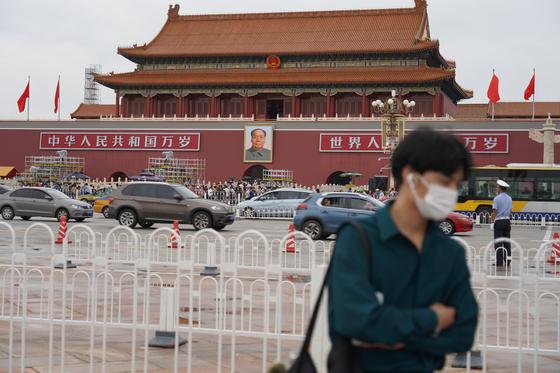 베이징 천안문 광장 앞에서 한 시민이 마스크를 쓰고 있다. 천권필 기자