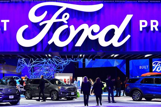 112년 전통을 자랑하는 'LA 오토쇼'가 개막 이틀을 앞둔 20일(현지시간) 미국 LA컨벤션센터에서 언론 공개 행사가 열렸다. 이날 언론 관계자들이 포드 자동차 전시장으로 들어가고 있다. [AFP=연합뉴스]