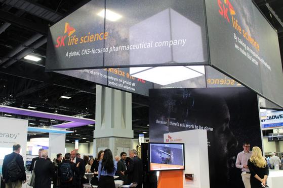 SK바이오팜이 2017년 지난 12월 1일 미국 워싱턴 컨벤션 센터에서 개최된 '미국 뇌전증 학회 연례회의에 참가해 SK바이오팜 브랜드 인지도와 신약 개발 현황을 소개했다. [뉴스1]