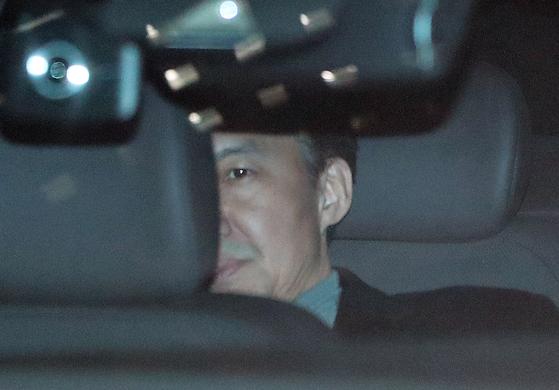 일주일 만에 검찰에 다시 출석한 조국 전 법무부 장관이 21일 오후 2차 소환조사를 마친 뒤 차를 타고 서울중앙지검을 빠져나가고 있다. [연합뉴스]