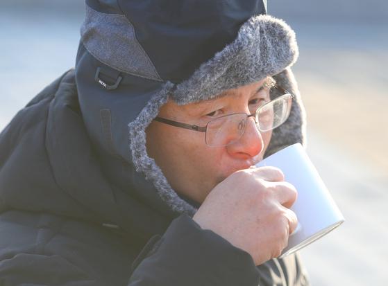 자유한국당 황교안 대표가 22일 오전 청와대 분수대 광장에서 3일째 단식 중 물을 마시고 있다. [연합뉴스]