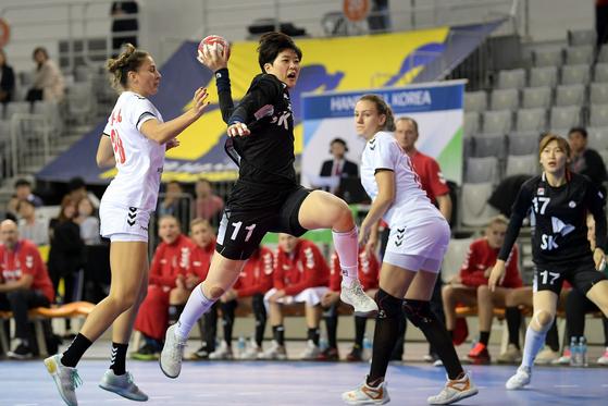 여자핸드볼 라이트백 류은희가 세르비아전에서 슈팅을 시도하고 있다. [사진 대한핸드볼협회]