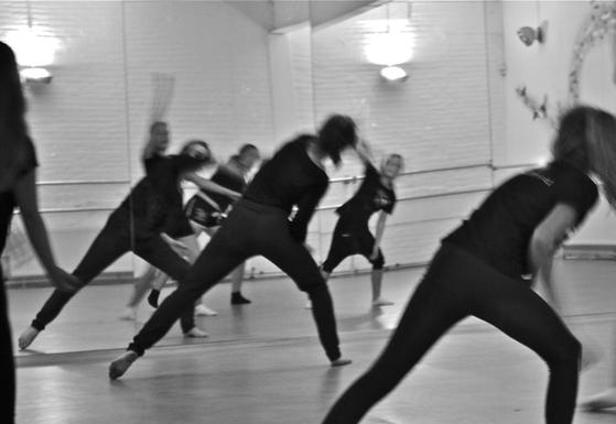 댄스스포츠는 종목이 10가지나 된다. 라틴댄스 5종목, 모던댄스 5종목이다. 그런데 입문한 반에서 하는 춤이 자기랑 안 맞으면 이내 흥미를 잃는다 [사진 pexels]