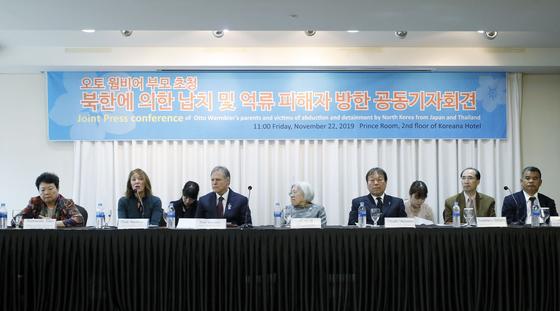 북한에 억류됐다 사망한 오토 웜비어의 어머니 신디 웜비어(왼쪽 두번째)가 22일 서울 중구 코리아나호텔에서 6.25전쟁납북인사가족협의회 주최로 열린 '북한에 의한 납치 및 억류 피해자 방한 공동기자회견'에 참석해 발언하고 있다. [뉴시스]