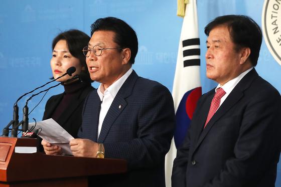 박맹우 자유한국당 총선기획단 단장이 21일 오후 서울 여의도 국회 정론관에서 총선기획단 회의 결과를 브리핑 하고 있다. [뉴스1]