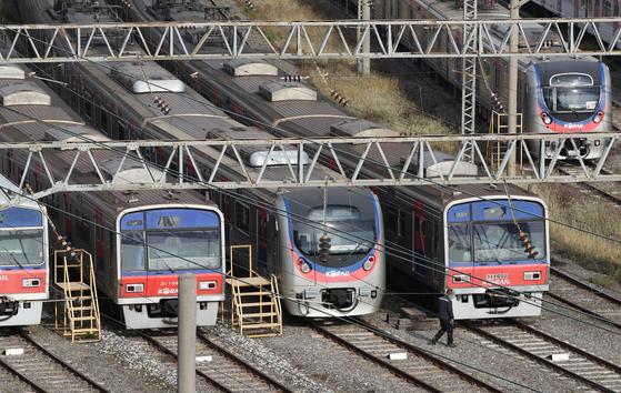 서울 구로구 구로차량기지에 열차들이 서 있다. [연합뉴스]