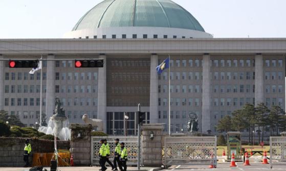 국회 정무위는 21일 법안심사소위를 열고 이른바 '데이터3법' 중 하나인 신용정보법 개정안을 논의했지만 개인정보 문제로 결국 의결에 이르지 못했다. [뉴스1]