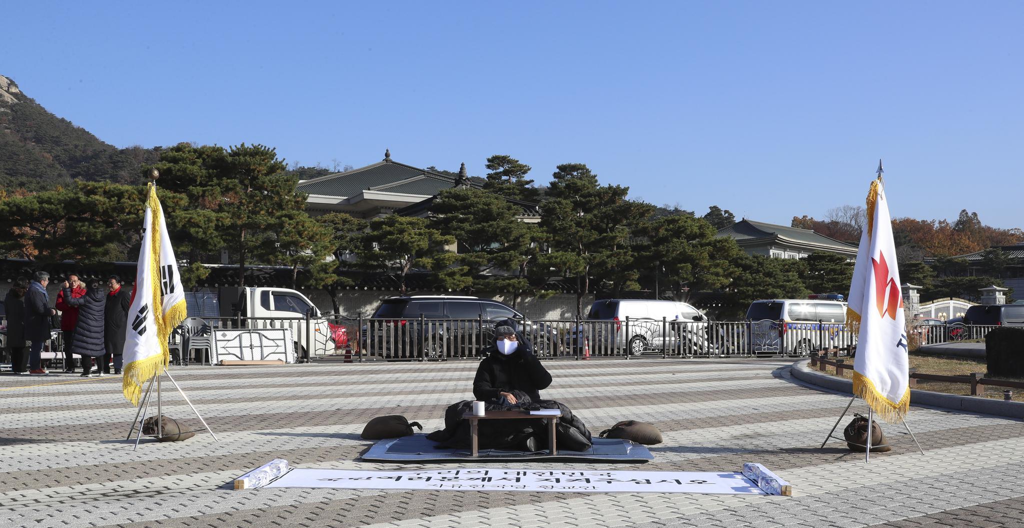 단식 농성 사흘째인 황교안 자유한국당 대표가 22일 오전 청와대 앞 분수대 광장에서 농성을 이어가고 있다.   임현동 기자