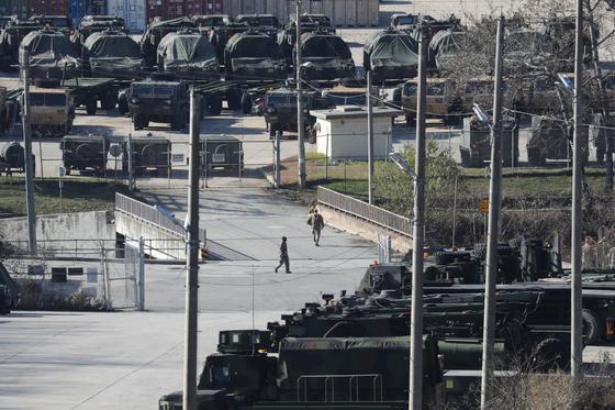 미국이 주한미군 방위비 분담금 문제를 두고 한국을 압박하고 있는 가운데 지난 20일 경기도 동두천시 캠프 케이시에서 미군 전투 차량들이 줄지어 있다. [연합뉴스]