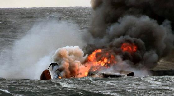 19일 오전 제주 차귀도 서쪽 해상에서 통영 선적 연승어선 대성호(29t·승선원 12명)에 화재가 발생불길이 치솟고 있다. [연합뉴스]