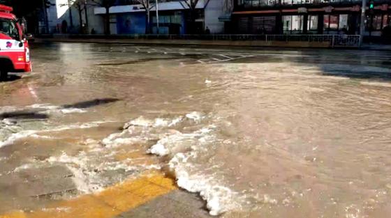 22일 낮 12시 44분께 서울 종로구 숭인동에서 지하 상수도관이 파열돼 인근 도로 일부가 물에 잠겼다. [연합뉴스]