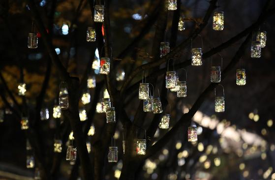 공공예술프로젝트 '소원반디'가 전시된 21일 밤 서울 중구 덕수궁돌담길에 소원반디가 불을 밝히고 있다.[뉴시스]