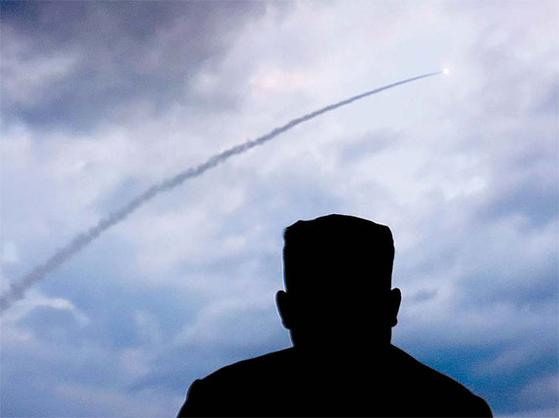 지난 7월 31일 북한 원산 갈마 일대에서 장거리 방사포(다연장 로켓) 발사 장면을 지켜보는 김정은 국무위원장. [AP=연합뉴스]
