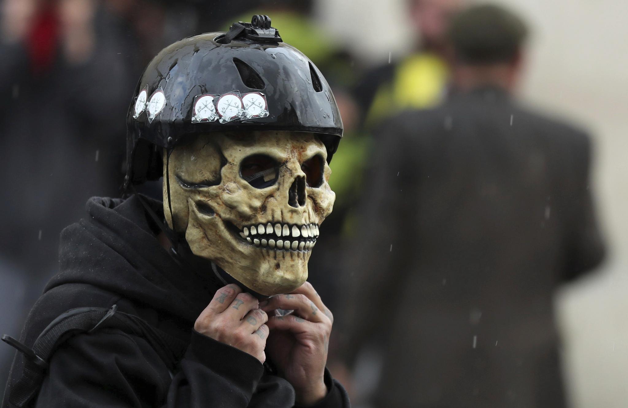 콜롬비아 수도 보고타의 한 반정부 시위대가 해골 가면을 쓰고 있다. [AP=연합뉴스]