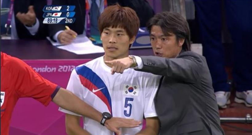 2012년 런던 올림픽 동메달결정전에서 김기희를 교체투입하는 홍명보 감독. 김기희는 4분 출전하고 병역혜택을 받았다. [방송화면 캡처]