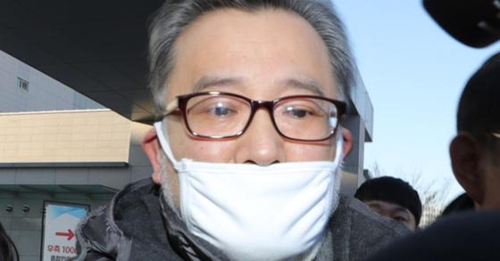 3억원대 뇌물 혐의, 성접대 혐의와 관련해 1심 무죄를 선고받은 김학의 전 법무부 차관이 22일 오후 서울 동부구치소에서 석방되어 나오고 있다. [연합뉴스]