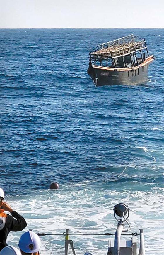 북한으로 추방된 탈북 주민 2명이 타고 온 오징어 잡이 어선이 지난 8일 동해상에서 북한에 인계되고 있다. 탈북 주민은 전날 판문점을 통해 북한으로 강제 북송됐다. [뉴시스]