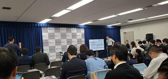 한국 정부가 지소미아 효력정지 연기를 발표한 22일 오후 일본 도쿄 경제산업성 기자회견실에서 취재진이 일본 정부 입장 발표 회견 시작을 기다리고 있다. [연합뉴스]