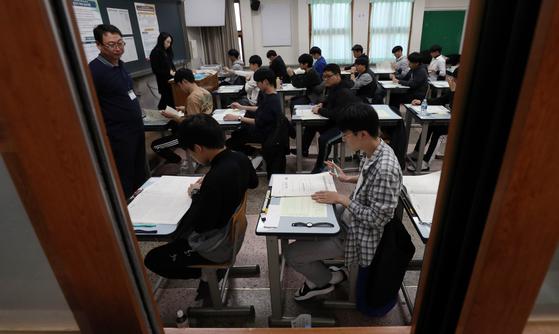 2020학년도 대입 수능이 치러진 14일 오전 서울 종로구 동성고에서 수험생들이 시험을 보고 있다. [뉴스1]