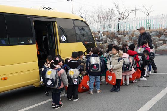 지난 3월 광주 광산구 한 유치원에 원생들이 등원하고있다. 이 때 한국유치원총연합회(한유총) 광주지회는 개학 연기 방침을 밝혔다가 철회했다. [연합뉴스]