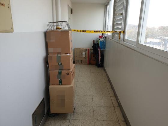 A씨(49·여) 일가족 등 4명이 숨진 채 발견된 인천시 계양구의 한 아파트에 이들이 주문한 택배 박스가 여러 개 쌓여있다.심석용 기자