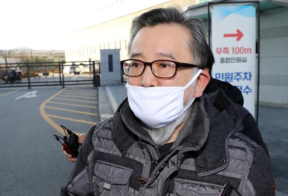 뇌물수수 및 성접대 혐의를 받고 있는 김학의 전 법무부 차관이 1심에서 무죄를 선고받아 22일 오후 송파구 동부구치소를 나서 차량으로 향하고 있다 [뉴시스]