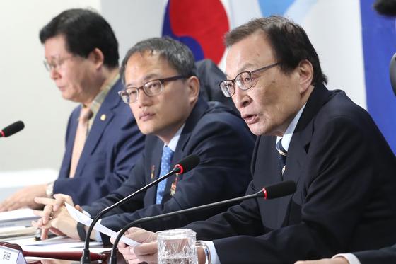 이해찬 더불어민주당 대표가 22일 오전 서울 여의도 국회 의원회관에서 열린 당 확대간부회의에서 모두발언을 하고 있다. [뉴스1]