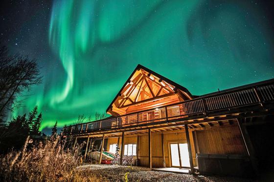 캐나다 유콘은 오로라 여행을 꿈꾸는 이들에게 성지 같은 곳이다. 오로라를 보려면 빛 공해가 없는 도시 외곽으로 나가야 한다. 아늑한 통나무집에서 오로라를 즐길 수도 있다. [사진 캐나다관광청]