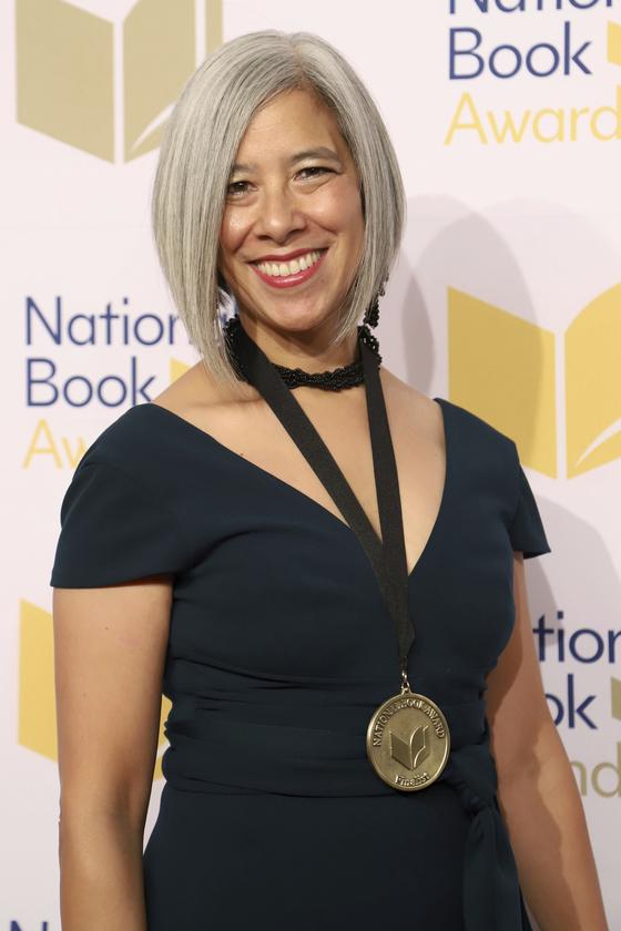 수전 최가 전미도서상(the National Book Award)를 수상한 뒤 활짝 웃고 있다. [AP=연합뉴스]