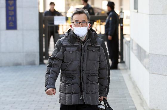 뇌물 및 성접대 혐의와 관련한 1심 선고공판에서 무죄를 선고 받은 김학의 전 법무부 차관이 22일 오후 서울 송파구 동부구치소를 나와 귀가하고 있다. [뉴스1]