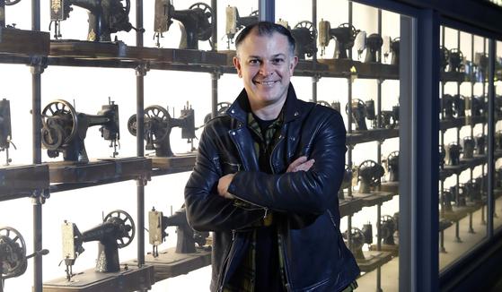 지난 11월 15일 내한한 영국 패션 브랜드 '올세인츠'의 피터 우드 CEO를 만났다. 오래된 재봉틀로 꾸민 매장 쇼윈도는 이들의 트레이드 마크다. 최승식 기자
