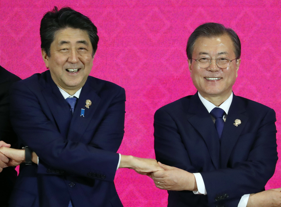 문재인 대통령과 아베 신조 일본 총리. [뉴시스]