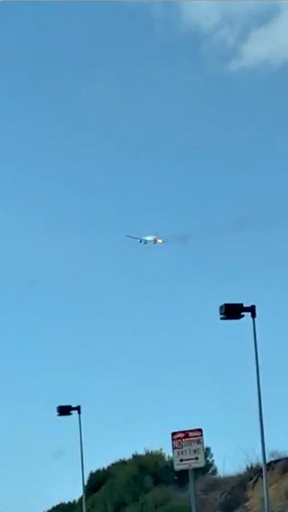 마닐하행 필리한항공 보잉 777-300 여객기가 22일 (현지시간) 엔진에 화재가 발행한 상태로 하늘을 날고 있다.[로이터=연합뉴스]