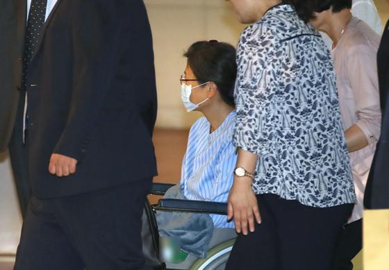 박근혜 전 대통령이 9월16일 어깨 수술을 받기 위해 휠체어를 타고 서울성모병원으로 들어서고 있다. [연합뉴스]