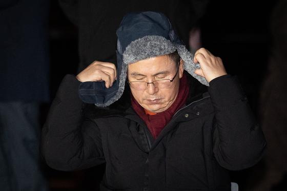 황교안 자유한국당 대표가 22일 서울 청와대 분수대 앞 농성장에서 모자를 쓰고 있다. [뉴스1]
