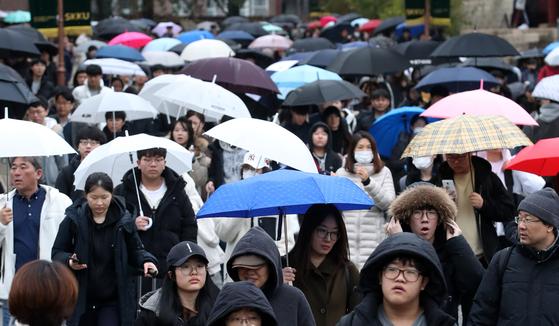 수능 후 첫 주말인 17일 오전 서울 종로구 성균관대학교에서 2020학년도 수시 논술고사를 마친 수험생들이 학교를 나서고 있다. [뉴스1]