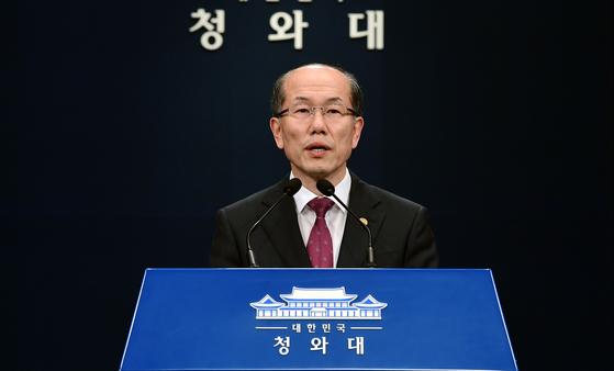 김유근 국가안보실 1차장이 22일 오후 청와대 춘추관에서 한일 군사정보보호협정(GSOMIA·지소미아) 관련 브리핑을 하고 있다. 청와대사진기자단