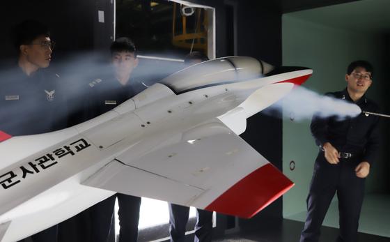 12일 청주에 위치한 공군사관학교 아음속풍동실험에서 모형 항공기 비행 조건에 따른 기류 변화를 확인하고 있다. 박용한