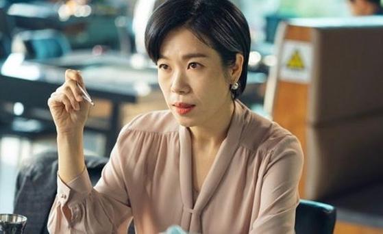 드라마 '동백꽃 필 무렵'에서 이혼전문변호사 홍자영 역을 맡은 배우 염혜란. [사진 KBS]